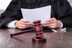Obžalovaní Rómovia z policajného zásahu v Moldave nad Bodvou sa postavili pred súd