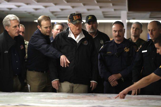 Donald Trump pricestoval na návštevu Kalifornie, ktorá bojuje s lesnými požiarmi
