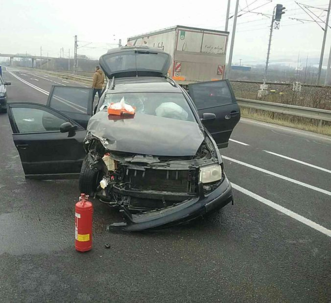 Foto: V obci Opatovce sa zrazili dve autá, medzi zranenými sú aj deti