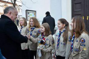 Prezident Kiska prijal od skautov Betlehemské svetlo, postupne ho roznesú do miest na Slovensku