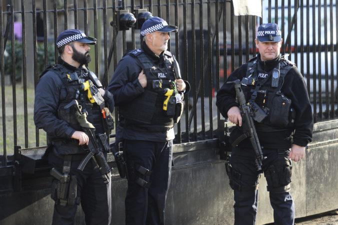 Video: Britská polícia zneškodnila muža vo vchode do parlamentu, použila elektrický paralyzér