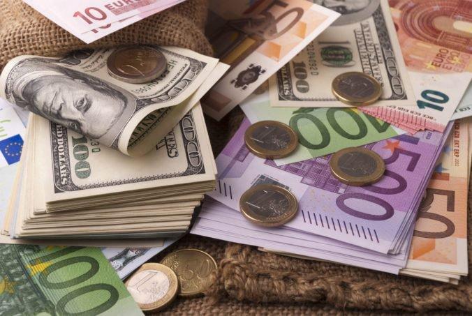 Prognóza rastu ekonomiky eurozóny sa zhoršila, euro oslabilo voči doláru