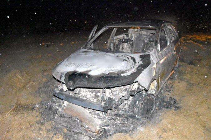 Foto: Tínedžeri v obci Mútne napadli taxikára, zmocnili sa jeho auta a podpálili ho