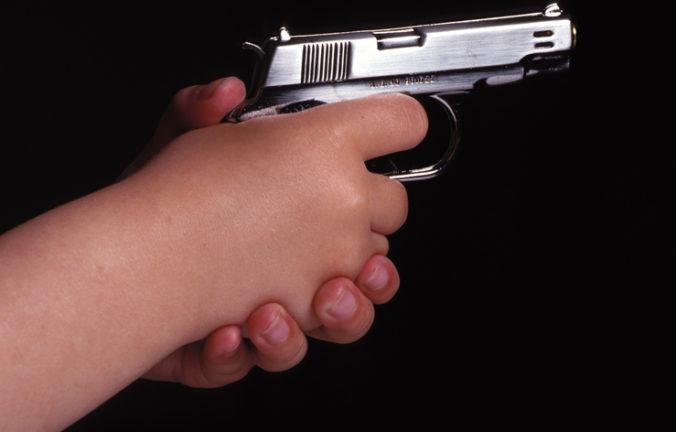 Trojročný chlapec strelil do hlavy osemmesačnej sestre, 18-ročná matka o zbrani nevedela