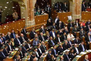 """Maďarský parlament schválil kritizovanú novelu zákonníka práce, ide vraj o """"otrokársky zákon"""""""