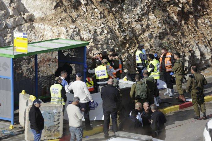 Video: Palestínčan zaútočil na autobusovej zastávke pri Ofre, strieľal na vojakov aj civilistov