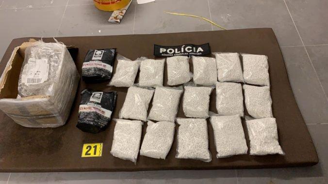 Foto: NAKA rozbila drogovú zločineckú skupinu, pri razii zaistili desiatky kilogramov tabletiek