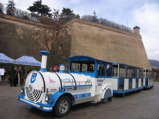 Turistický vláčik v Nitre našiel uplatnenie aj počas adventu, zastavuje pri vianočnom mestečku