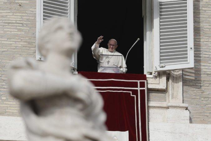 Nemôžete viniť migrantov z každého zla, odkázal politikom pápež František