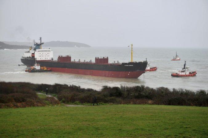 Video: Pri pobreží juhozápadného Anglicka uviazla na plytčine ruská nákladná loď s posádkou
