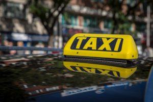 Nelegálna činnosť taxislužieb by mohla byť obmedzená, novela podporí i platformy Uber či Taxify